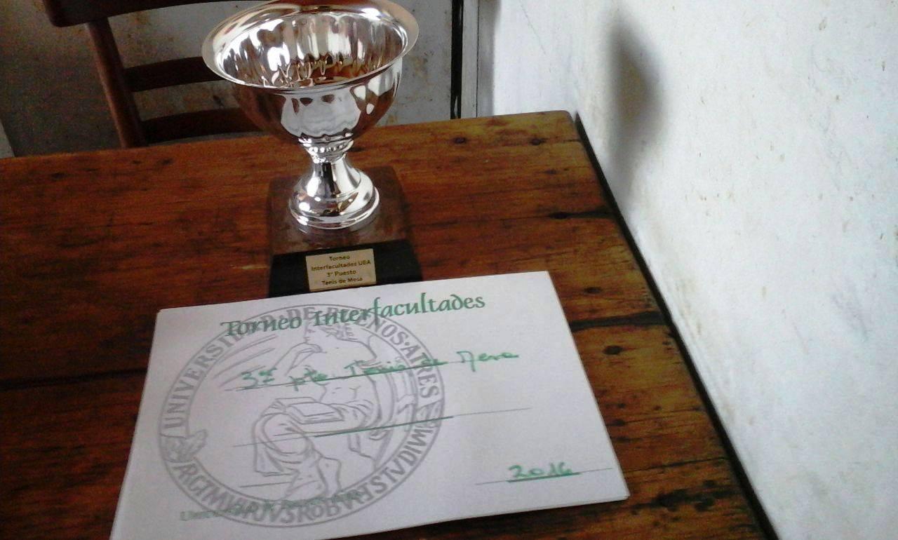 La imagen muestra la copa del tercer puesto del Torneo Interfacultades UBA 2016, ganada por el equipo de Filo:UBA.