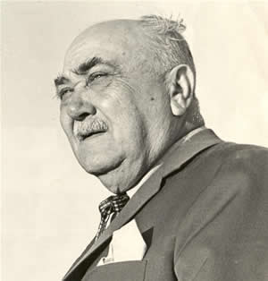 La imagen muestra a Arturo Jauretche de perfil.
