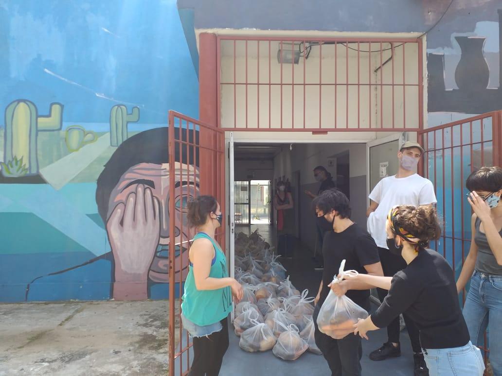 La imagen muestra la entrega de alimentos en el CIDAC en el marco de la Campaña Solidaria.