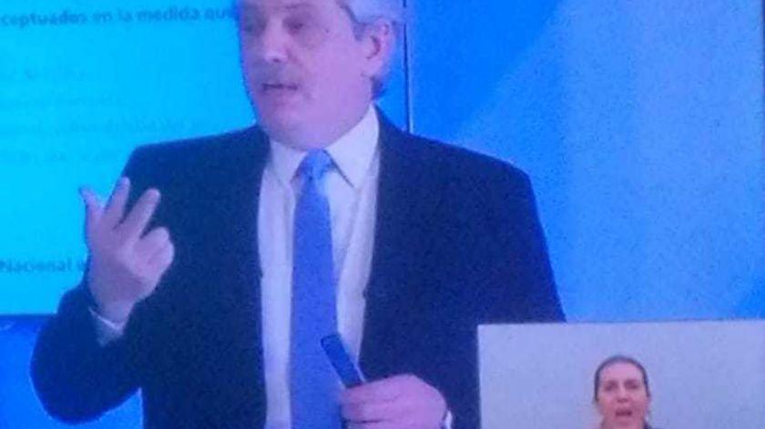 Imagen: recorte de la trasmisión presidencial por Covid, se observa al presidente y abajo el recuadro de interpretación con una persona hablando en Lengua de Señas Argentina. Fuente: CEDOE NET TV.