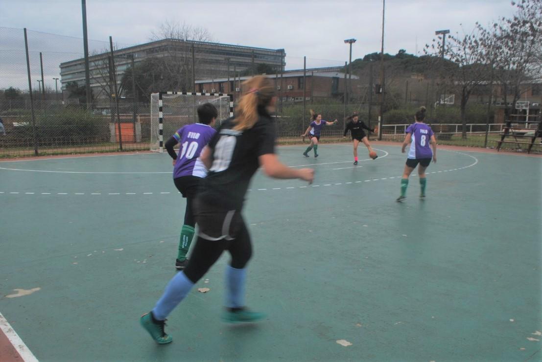 La imagen muestra al equipo de fútbol femenino de Filo jugando.