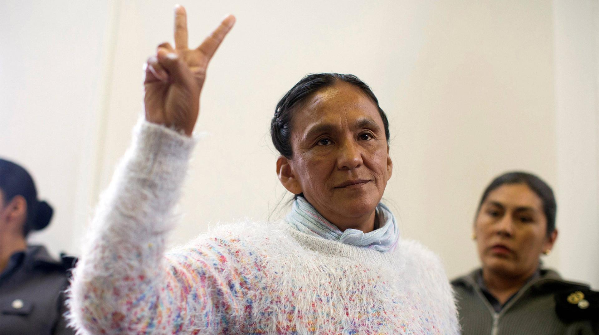 La imagen muestra a Milagro Sala con los dos dedos en V.